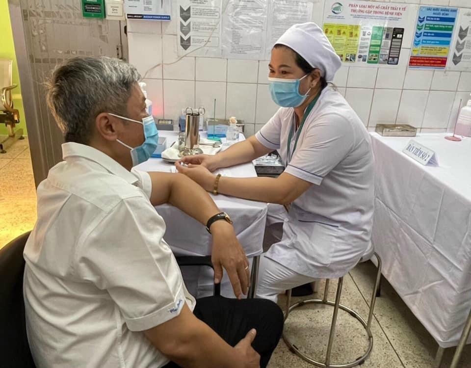 Thứ trưởng Bộ Y tế Nguyễn Trường Sơn trò chuyện với cán bộ y tế